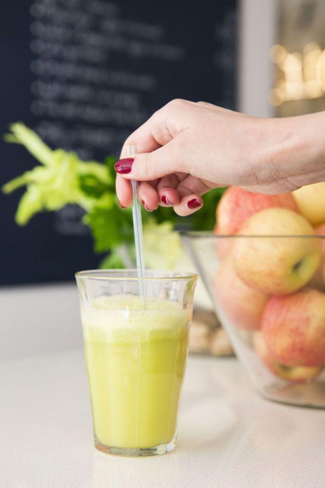 Cet été, on fait le plein de vitamines avec des jus, smoothies et lassis colorés et très fruités. A la fraise, à l'abricot ou encore au céleri…Découvrez trois recettes de boissons twistées, imaginées par La Minute papillon et le Café Pinson pour Glamour.