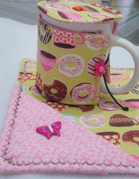 Mug rug em tecido 100% algodão, estruturado com manta resinada, acompanham 3 peças mais a caneca. Todos vão querer ganhar uma caneca de presente! R$ 28,00