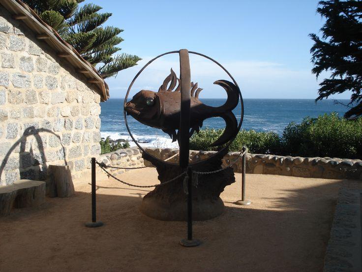 Escultura situada en el patio del Museo Pablo Neruda. Isla Negra. Quinta Región. Chile.