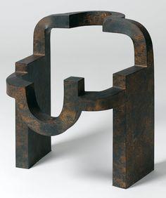 La reflexión de Chillida sobre la materia es diferente de la atracción que lo lleva  a escoger materiales , explora sus reacciones para que estas tomen su propio protagonismo . Aunque Chillida se abstiene de nombrar los materiales usados en sus obras esté a su vez se vuelve el elemento fundamental , pero no le sirve de medio a dicha obra. Se caracteriza por materia ,forma y espacio hacen a la escultura de Chiilida