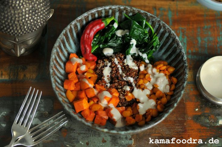 Buddha Bowl mit roter Quinoa, Spinat, Süßkartoffel und Tahini-Joghurt