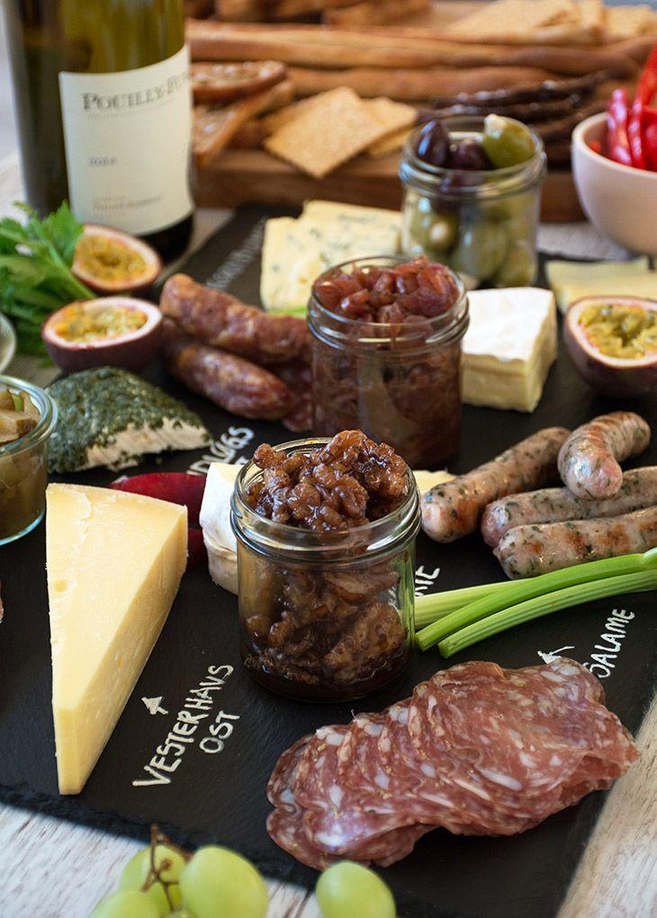Et velanrettet ostebord er skøn året rundt og er tilmed nemt og hurtigt - her får du alle tips til at anrette det lækreste ostebord - læs med her