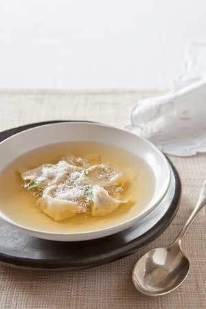 Tortellini in brodo, tortellini au poulet et à la sauge servis dans un bouillon de poule bien corsé