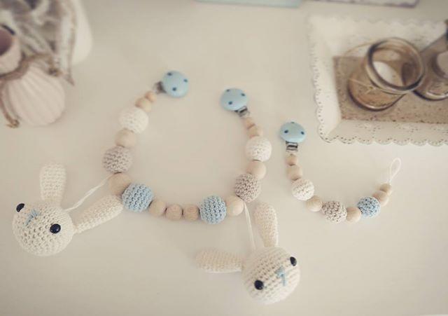 Instagram media by halbes_staebchen - BABY SET  #diy #selfmade #handmade #handarbeit #halbesstäbchen #craft #crafting #crochet #crocheting #häkeln #häkelnfürkinder #hakeln #haken #amazing #star #cute #sweet #love #look #baby #boy #girl #newborn #mommytobe #pregnant #mamablog #like #addicted #schnullerkette #kinderwagenkette