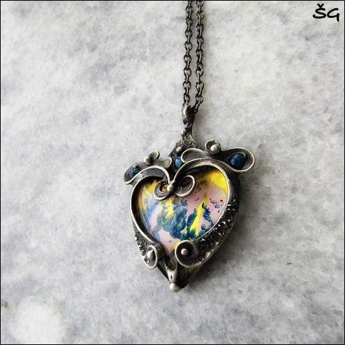 """Náhrdeník+-Princess's+heart+Náhrdelník+-+,...Princess's+heart...""""+je+vyroben+pomocí+cínu+(+cín+neobsahuje+olovo)+a+drátku.+Na+šperk+je+použit+ručně+malovaný+kabošon+ve+tvaru+srdce+a+skleněný+a+drobné+korálky+achátu.+Přívěsek+je+patinován+a+následně+očištěn+specielním+olejem.+Velikost+šperku+je+5,5x4,5cm.+Je+zavěšen+na+řetízkus+bižuterním+zapínáním.+Je..."""
