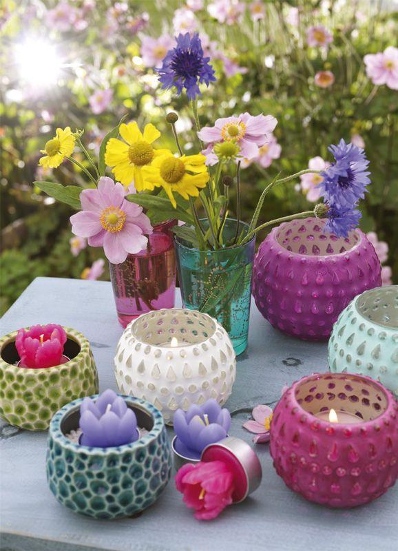bloemen en kaarsen in vrolijke zomerkleuren