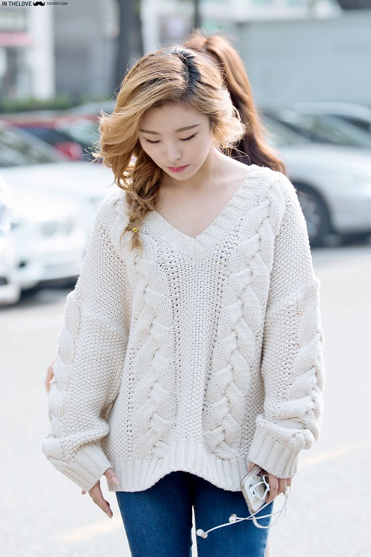 I love Wheein's sweater <3 it looks so comfy