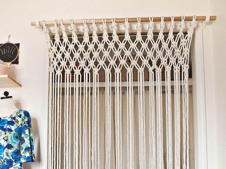部屋の中でちょっと目隠ししたい場所ってありますよね。太いヒモを使って編み込んで作るカーテンの作り方をご紹介します。何より扉と違って軽いのでサッと物を取り出しやすいです。編み込み...