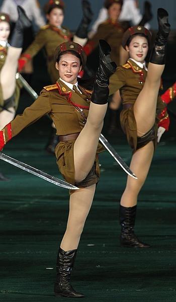 Para prajurit dan polisi wanita korea utara yang sedang berbaris ini terlihat begitu gagahnya apalagi sambil memegang senjata..keren. Tapai kalau kita lihat cara berbaris mereka itu loh..!! Unik karena mereka mengangkat kaki tinggi tinggi mirip penari balet. Bagai mana kalau lupa pakai celana dalam... wkwkwk.. mulai parno nih.. :)
