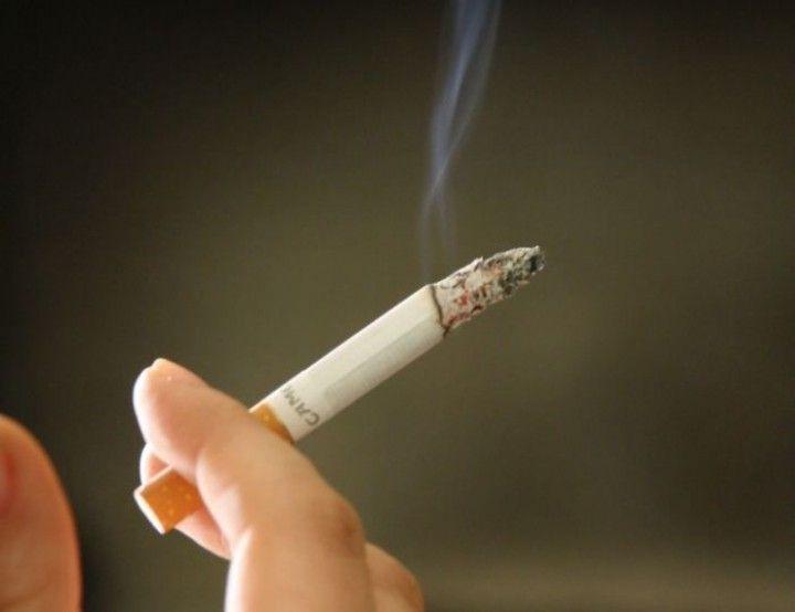Zo ga je de vervelende sigarettenrook te lijf