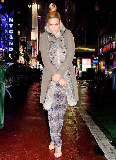 Op de New Yorkse winter wegen Beyoncé poseren met pelzgesäumtem vacht.