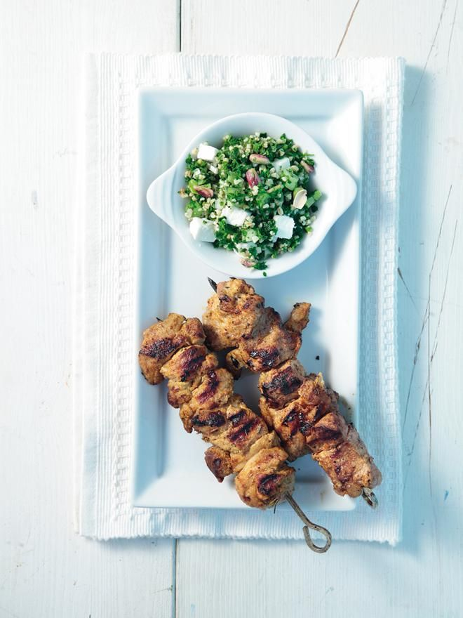 Πικάντικο+αρνίσιο+σουβλάκι+με+σαλάτα+ταμπούλι