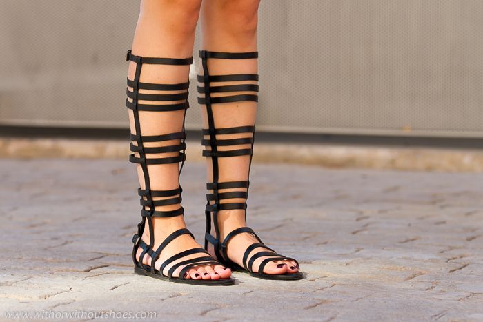 Sandalias romanas altas de cuero negro de Zara