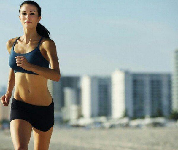 Кардио: вечером или утром?  Когда бегать? Если Ваша цель укрепление сердечной мышцы, лучшее время для бега день. Но мы сегодня не о этом. Для сжигания боков день не лучшее время, ведь в крови полно глюкозы. И пока вся глюкоза не будет израсходована, бока будут оставаться на месте. Кстати по этой же причине, часто говорят, что эффект от бега начинает работать только после 20-й - 40-й минуты бега.  Но не все так однозначно. Если вы занимаетесь с отягощениями, после тренировки со штангой…