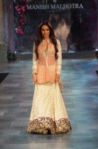malaika-arora-khan-wear-manish-malhotra-outfit