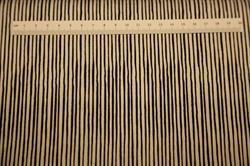Sort-hvide striber Loralie Patchworkstof. Er et flot stribet patchwork stof med hvide og sorte striber.