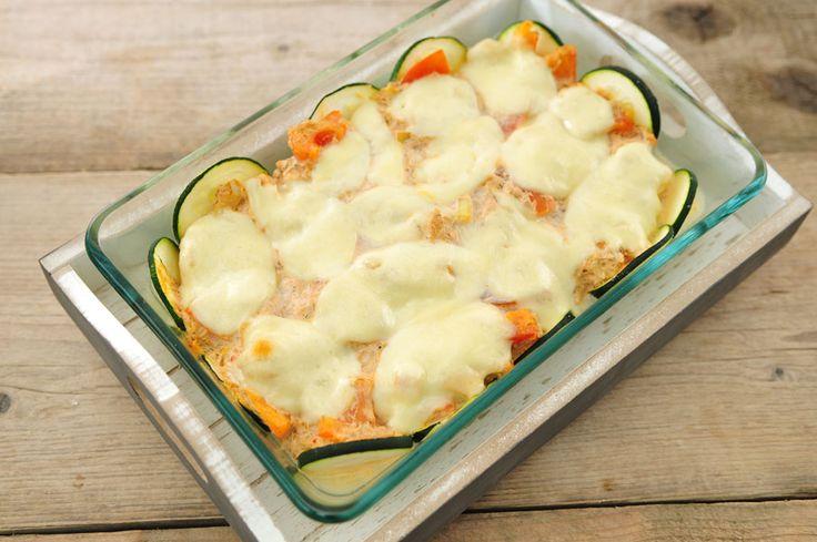 Een heerlijke ovenschotel van tonijn, courgette en tomaat! En erg makkelijk te bereiden ook. Aan het einde van de week raakt de koelkast steeds verder leeg. Meestal is er nog wel een gezond recept van de restjes te maken en zie hier het resultaat. Een heerlijke ovenschotel met vis, verse groente en kaas.