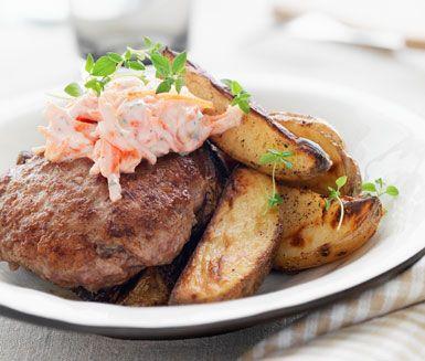 En riktigt god och saftig kötträtt. Laga till lammfärsbiffar och servera dem tillsammans med en saftig morotstzatziki och stekt klyftpotatis. Supergott!