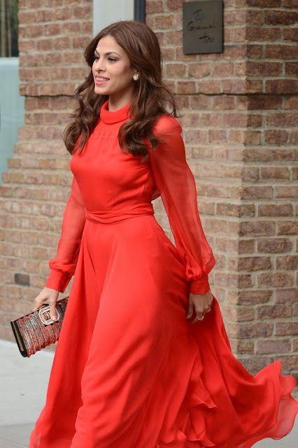 Eva Mendes in Gucci.... Eva è splendida in questo vestito rosso che le calza a pennello, esaltanto il punto vita per poi scendere fluido. Non è un look semplice ma lei riesce a renderlo fresco e giovane, grazie alla scelta di mantenere i capelli sciolti e un trucco semplice. Infine abbina una pochette platino.