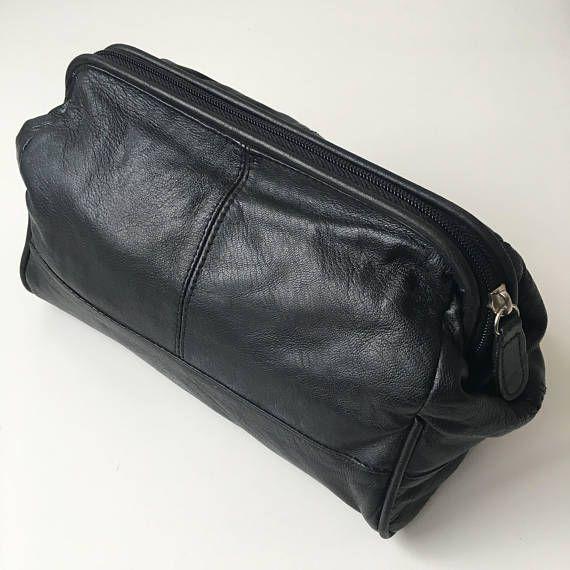 Trousse de toilette en cuir noir.  Tissu: 100 % cuir.  Mesures (couché à plat): 9.25(Length) X 6.5(height) X 5.5 (large).  1 grand compartiment et 2 petites poches intérieures.  Etat: très bon!  Tous les articles sont lavés ou au pressing!