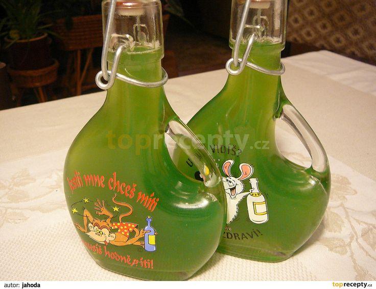 Připravíme si litr mátových listů, pokud možno mladých a vypraných. Dáme do hrnce a přilijeme vodu. Přivedeme k varu a zvolna vaříme 1/2...