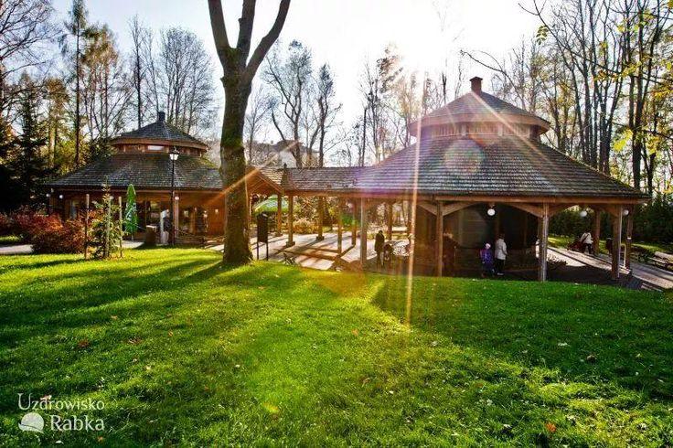 Ogólnodostępna tężnia solankowa w Parku Zdrojowym przy Uzdrowisku Rabka. Zapraszamy!