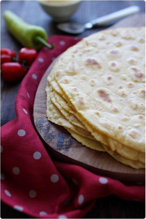 Les tortillas à la farine de maïs, contrairement au tortillas de blé, sont plus délicates à réaliser car la pâte est fragile. Il faut donc faire atte
