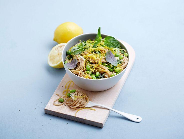 Prøv en himmelsk vegetarisk fullkornspasta med erter, mynte og parmesan. En rask, sunn og god pastarett du orker å lage selv etter en lang dag på jobb!