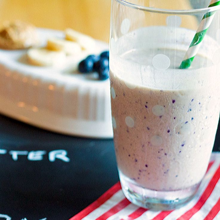 This peanut butter banana blueberry smoothie recipe is packed with a perfect bal…