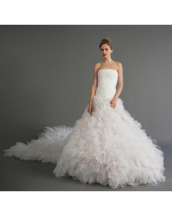 Robe de mariée avec longue traîne froufrous