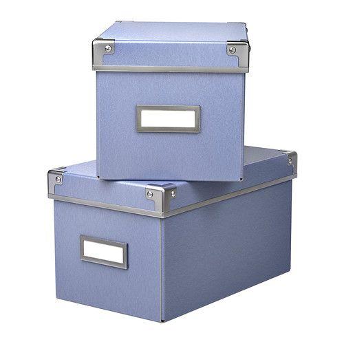 KASSETT Scatola con coperchio IKEA Questa scatola è perfetta per organizzare CD, giochi, caricabatteria e accessori da scrivania.  Azzurra, mi piace.