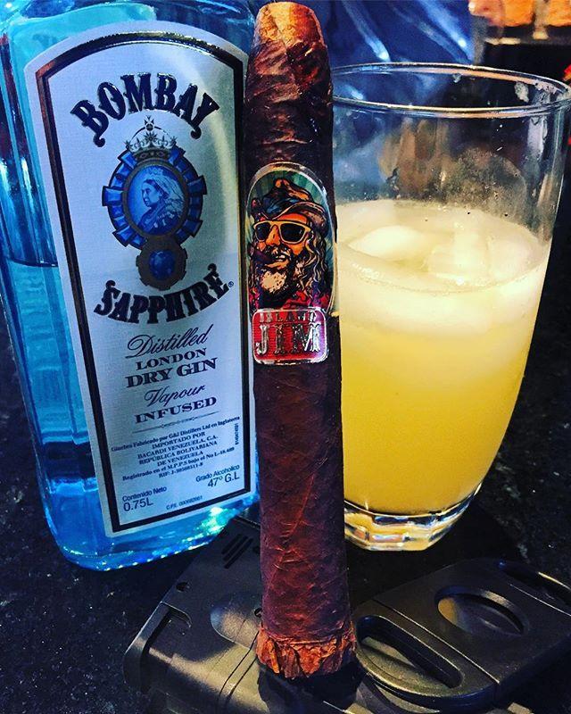 Es un placer compartir nuestro afición con todos vosotros #seguidores de @tabacostore. Y recuerden que #mañana es el sorteo y se anunciará el ganador. Mucha suerte!!! Y buenos humos . Concurso válido para la República de Venezuela . #concursotabacostore #cigar #cigaraficionado #tabacovenezolano  #tabacoenvenezuela #tabacostore #cigarinfluencer  #cigarshop #luxurylife #cigarlife #cigars #olorvenezolano #instacigar #cigarsoninstagram