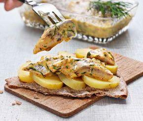 Prova på att göra en egen senapssill genom att följa detta lättlagade recept. Gör din smakrika sås av senap, farin och vinäger blandat med olja, dill och purjolök före du lägger ner sillfiléerna. Servera din krämiga senapssill och njut!