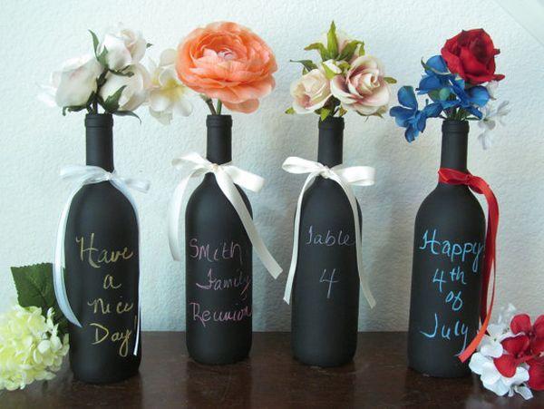 In Schwarz gestrichene Weinflaschen als Tischdeko