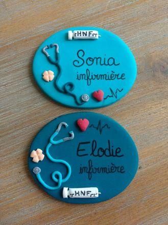 Badges en fimo réalisés sur demande pour infirmières... : badge représentant des stéthoscopes, trace ecg, seringue, comprimé, personnalisés avec  prénom et/ou profession.  - 17602611