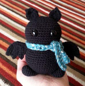 Малышка летучая мышь по имени Брю связана крючком в технике амигуруми. Схема вязаной игрушки крючком и пошаговый фото- мастер-класс составлены рукодельницей Behookedwitch.