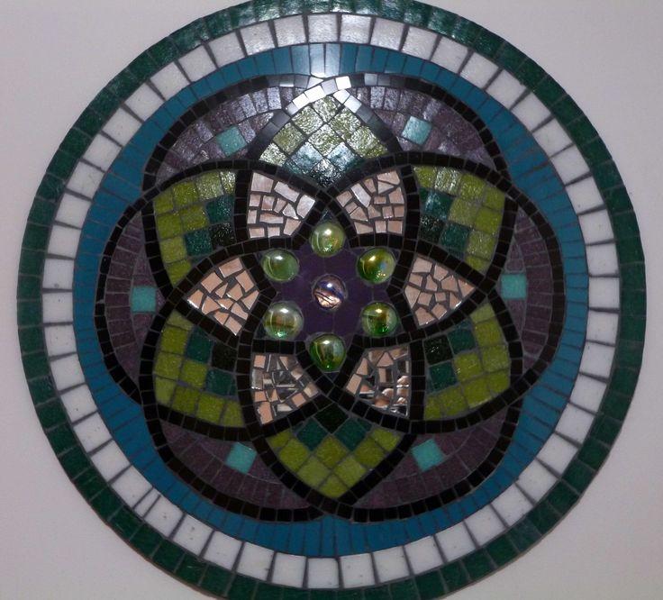 Mandala en mosaico. Realizado en venecitas, azulejos y espejos