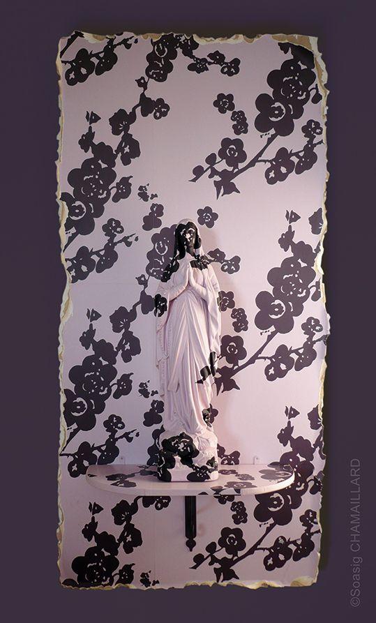 Soasig Chamaillard, Sainte Caméléon, 2007, 65 cm, Gesso / resina / vernice acrilica / Carta da parati carta da parati