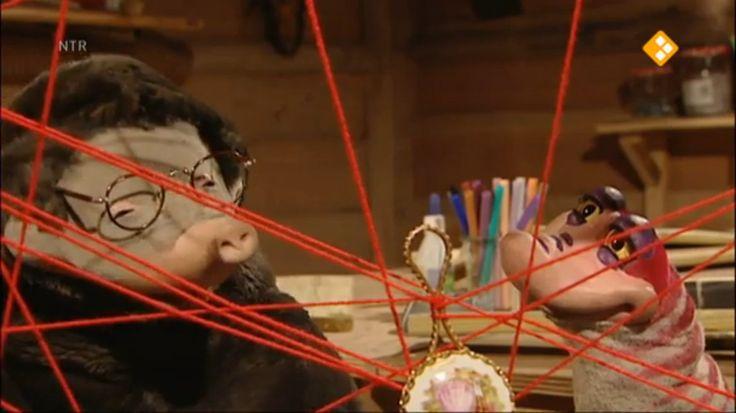 Thema: Herfst & Natuur. Piertje is bang voor spinnen en wil ze uit het hol weg hebben. Moffel is bezig met een wolschilderij. Piertje komt op het idee om de spinnen te verhuizen, met de wol van Moffel.