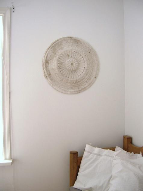 A Scandinavian living room with a vintage plaster ceiling medallion, via Vita Tankar Cecilia.