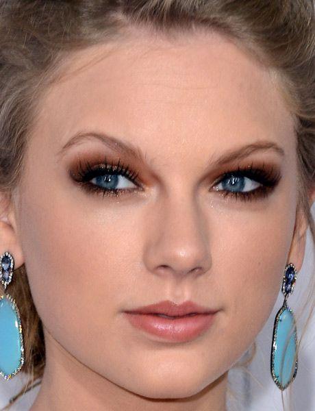 Os olhos azuis de Taylor Swift     conseguiram ficar ainda mais destacados com a sombra     bronze, que foi esfumada em toda a pálpebra móvel,     pálpebra fixa (essa região logo abaixo das sobrancelhas)     e raiz dos cílios inferiores. Para marcar ainda mais o olhar, ela aposta no lápis preto - que contorna a raiz dos     cílios superiores e linha d'água.