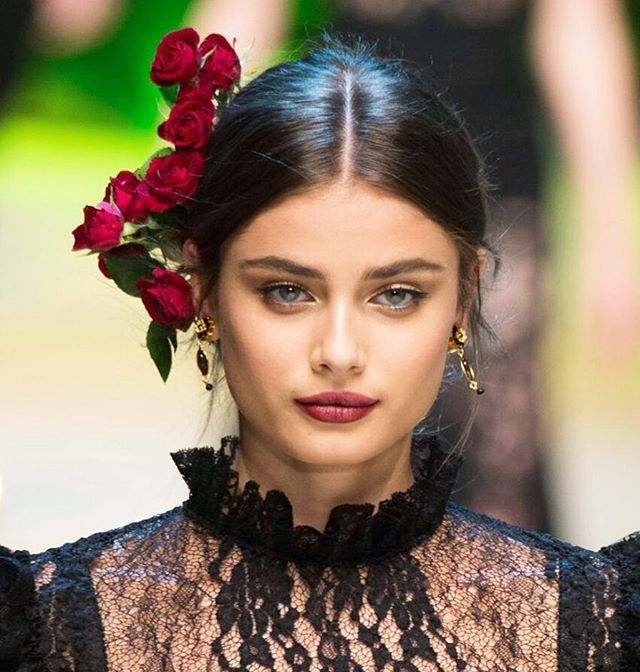 Headpiece dengan tema floral kini dihadirkan kembali oleh desainer bertalenta Dolce & Gabbana untuk musim Spring 2017. Tampak pada model Taylor Hill headpiece yang dikenakan membuatnya tampil anggun dan klasik dalam bentuk mawar merah yang romantis. Kenakan pada kesempatan spesial di malam hari dan Anda pun akan tampil memesona. (Beauty Assistant @karinnceatarine) #elleupdate #ellebeauty #dolceandgabbana #headpiece #spring2017 #taylorhill  via ELLE INDONESIA MAGAZINE OFFICIAL INSTAGRAM…