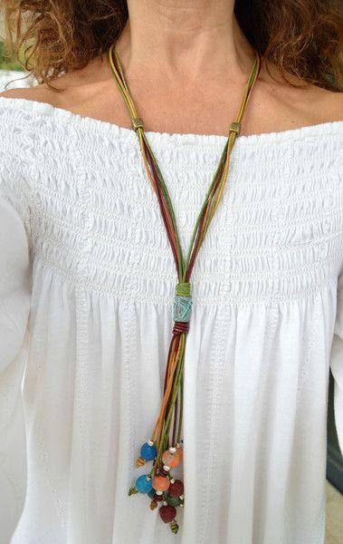 Este collar está realizado en cuero de tres colores (avellana, frambuesa y verde)con un pasador central de metal con acabado en pátina verde y motivo libélula, diferentes cuentas de zamak y cuentas...