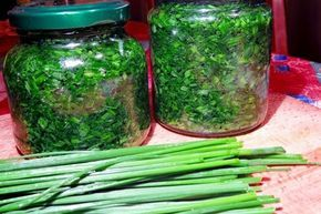 Pažitkový aromatizovaný olej, který můžeme použít na dochucení nejrůznějších salátů, ale i omáček, pomazánek a dalších pokrmů.