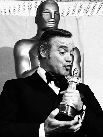 20 Incredibly Classy Vintage Pics of Academy Awards Winners Past | JACK LEMMON | Lemmon puckers up for Oscar – the actor won this statue in 1974 for Save the Tiger.