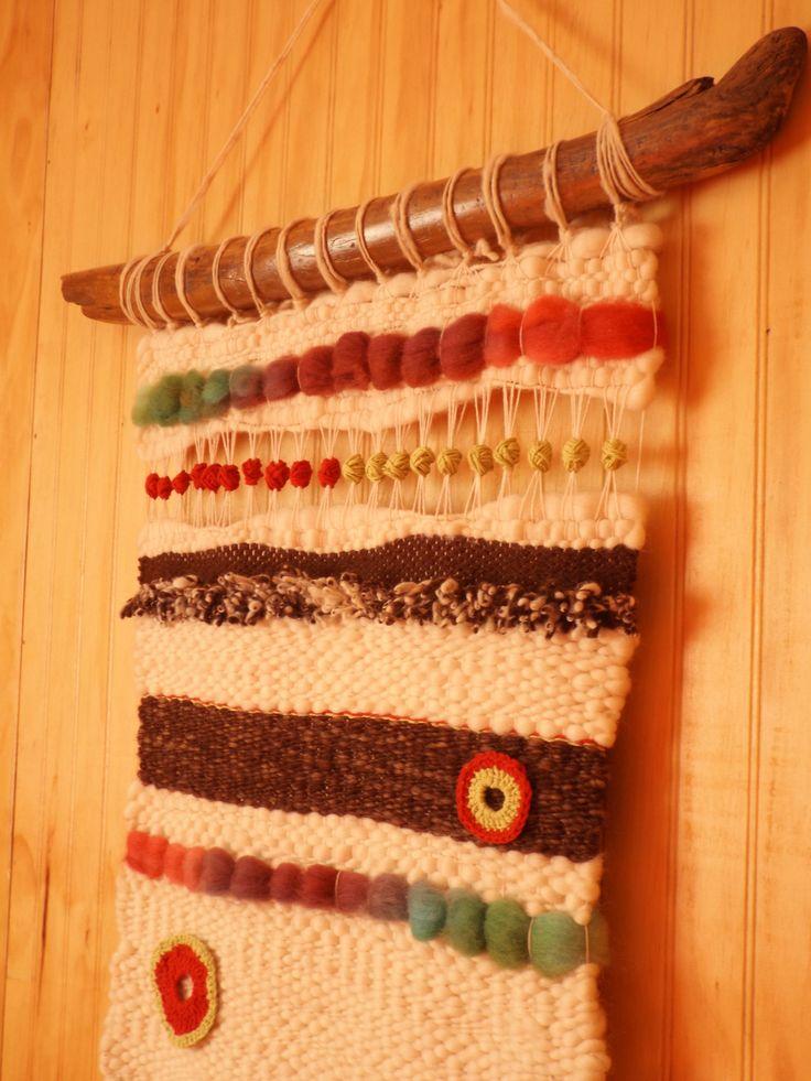 Telar de lana natural con aplicaciones de colores