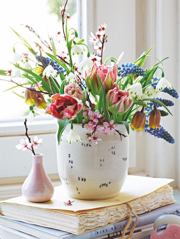 Frühlingsstrauss aus Tulpen, Perlhyazinthen, Frittilaria, Tulpen und Blutpflaumen.