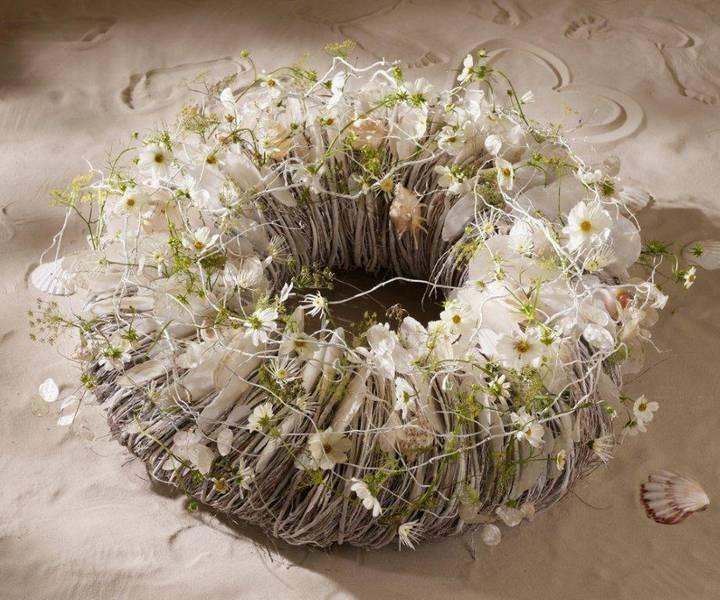 krans omwikkelen met touw, garen of wol en versieren met schelpen, judaspenning en bloemen