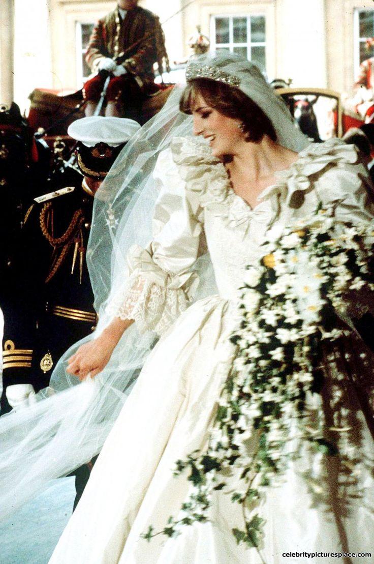 Princess Diana On Her Wedding Day In 1981 Bitter Row Over S Spare Dress Photo Julie Lebee Alpha Globe Photos Inc