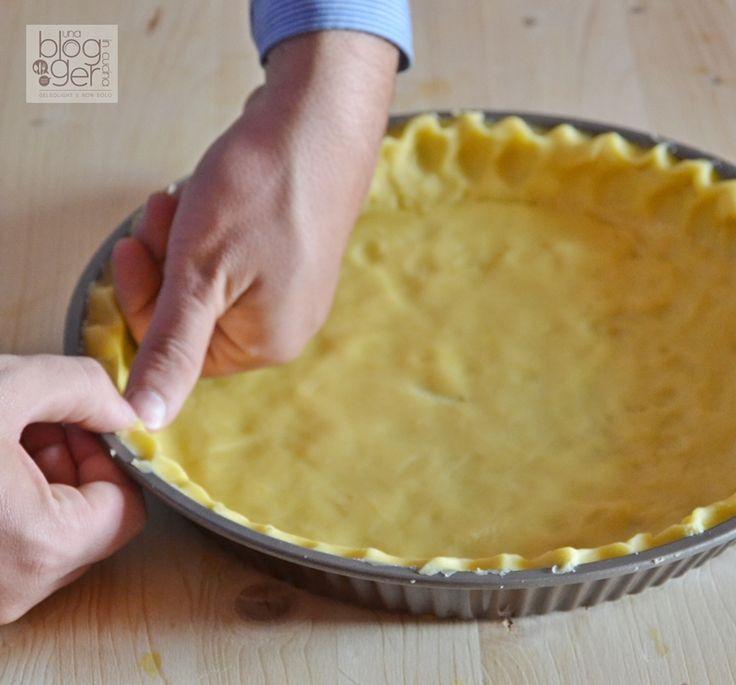 Pasta frolla, una ricetta base della pasticceria italiana, con burro freddo di frigo, tuorli d'uovo e zucchero a velo, per l'ottima riuscita di crostate.